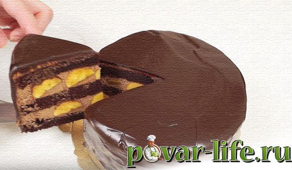 Шоколадный торта с бананами и сметаной