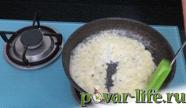 Луковые кольца с сыром и сливочным соусом