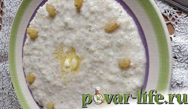 Ячневая каша с молоком и изюмом