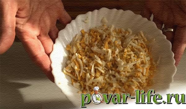 """Салат """"Чёрный жемчуг"""" с черносливом и сыром"""