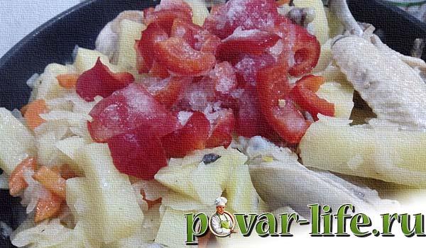 Курица, тушёная с овощами с подливой.
